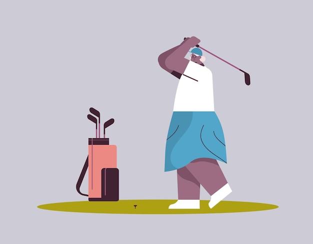 Mulher idosa jogando golfe com idade jogadora afro-americana dando uma tacada conceito de idade ativa horizontal ilustração vetorial de corpo inteiro