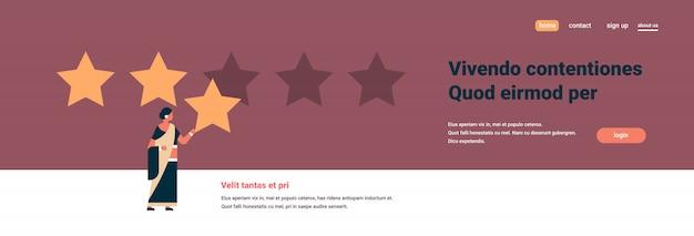 Mulher indiana de classificação de três estrelas dando banner de feedback