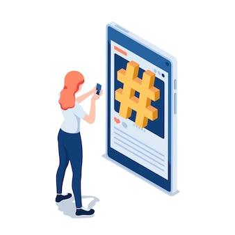 Mulher isométrica 3d plana usando smartphone na frente do símbolo de hashtag nas mídias sociais. conceito de publicidade e marketing de hashtag de mídia social.