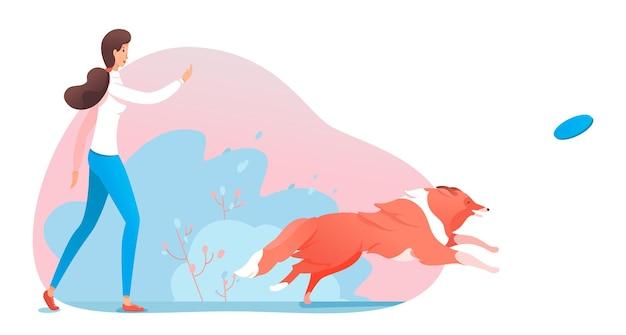 Mulher jogando prato voador e cachorro correndo para pegá-lo