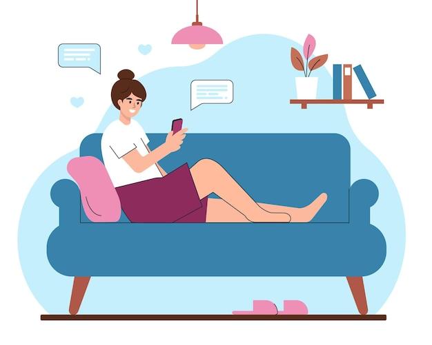 Mulher jovem com smartphone sentada em casa no sofá a conversar