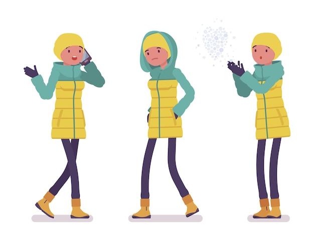 Mulher jovem com uma jaqueta brilhante caminhando ao ar livre