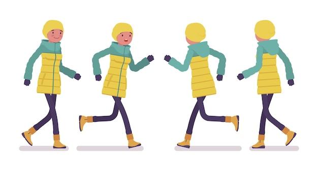 Mulher jovem com uma jaqueta brilhante caminhando