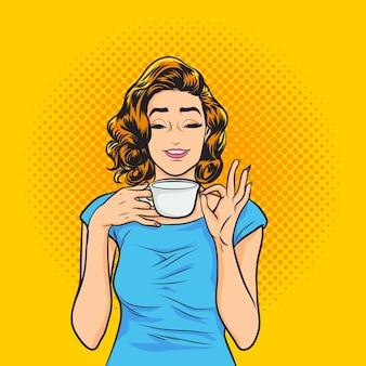Mulher jovem e bonita bebendo café ou chá conceito de estilo de vida saudável
