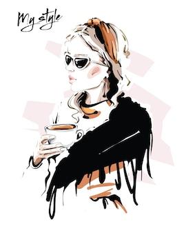 Mulher jovem e bonita com lenço. moda mulher com xícara de café