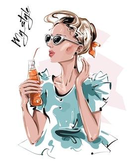 Mulher jovem e bonita desenhada à mão em óculos de sol menina da moda segurando a garrafa com suco