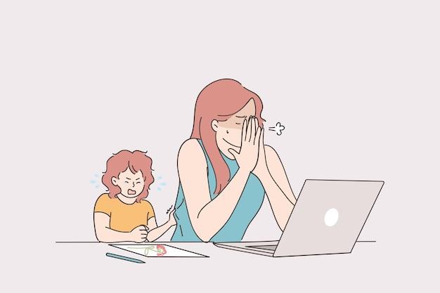 Mulher jovem e estressada cansada tentando trabalhar em casa em um laptop com um bebê chorando