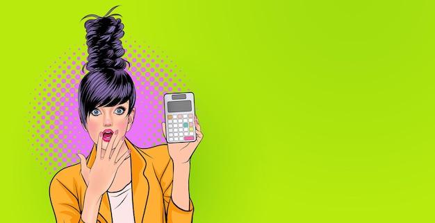 Mulher jovem espantada segurando calculadora uau e estilo de quadrinhos de pop art de conceito surpreso.