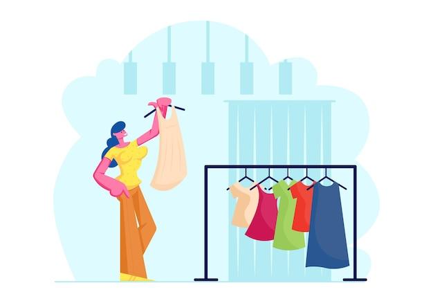 Mulher jovem experimenta vestido elegante na loja