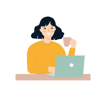 Mulher jovem feliz trabalhando com laptop e uma xícara de café em uma mão.