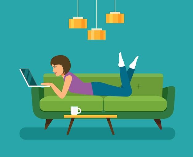 Mulher jovem olhando para um laptop e deitada no sofá. ilustração vetorial