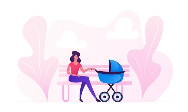 Mulher jovem sentada no banco com carrinho de bebê embalando criança no parque da cidade