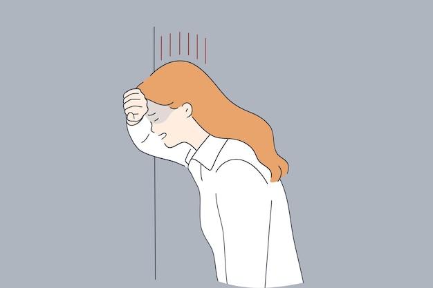 Mulher jovem triste chorando estressada em pé perto da parede