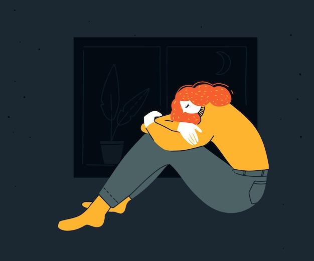 Mulher jovem triste sentada abraçando os joelhos à noite. ilustração de depressão, distúrbio de insônia. garota ruiva infeliz de camisa amarela em casa.