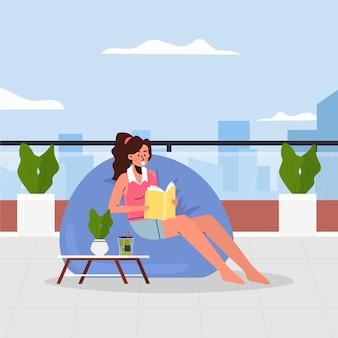 Mulher lendo em um saco de feijão staycation