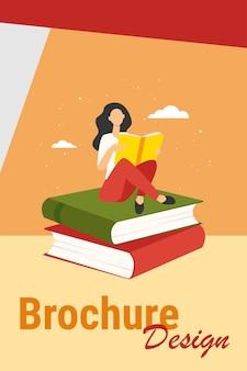 Mulher lendo na pilha de livros. aluna fazendo lição de casa ilustração vetorial plana. educação, literatura, biblioteca, conceito de conhecimento