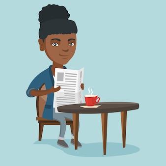 Mulher lendo um jornal e bebendo café.