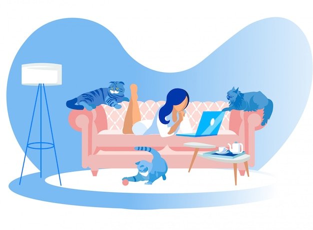 Mulher, mentindo, ligado, sofá, com, laptop, e, gatos, ao redor