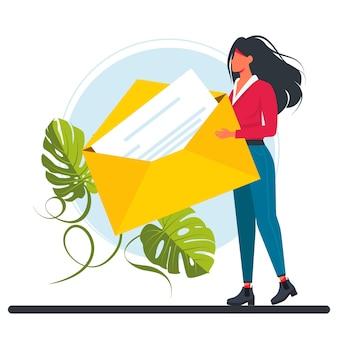 Mulher minúscula segura enorme envelope amarelo. personagens escrevendo, enviando ou recebendo o conceito de mensagens de correio eletrônico. ilustração vetorial.