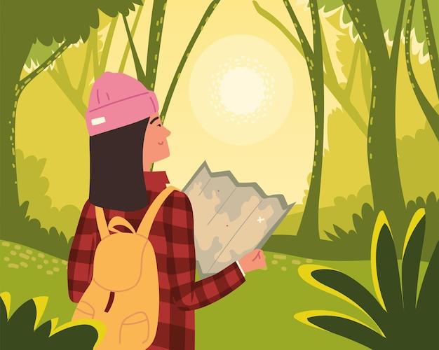 Mulher mochileira com mapa na floresta