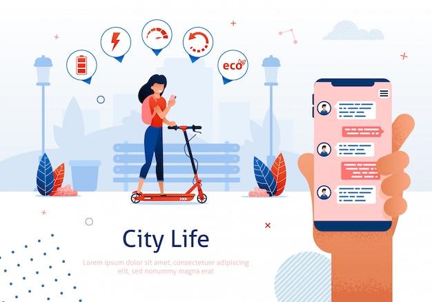 Mulher, montando, scooter, segurando, móvel, telefone, com, mensagens