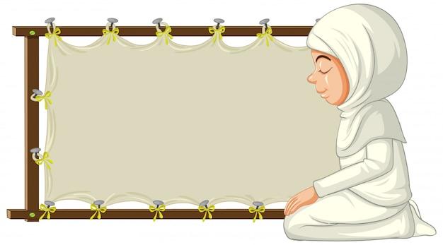 Mulher muçulmana árabe em roupas tradicionais com banner em branco