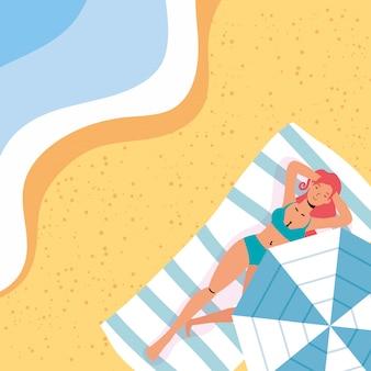 Mulher na cena de férias de verão na praia
