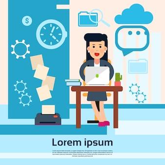 Mulher negócio, sentando, escrivaninha, escritório, local trabalho, lugar, laptop