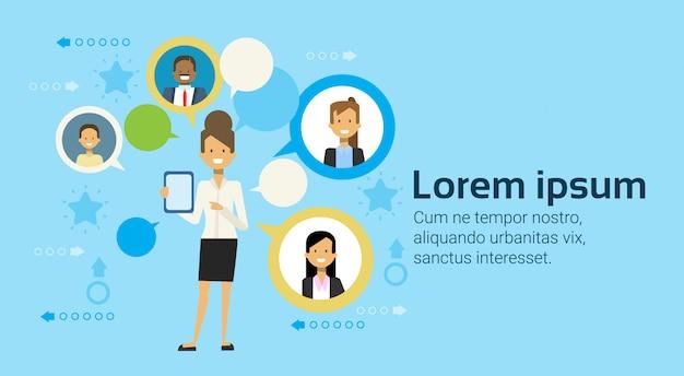 Mulher negócio, usando, tablete digital, comunicar, com, businesspeople, networking, conceito