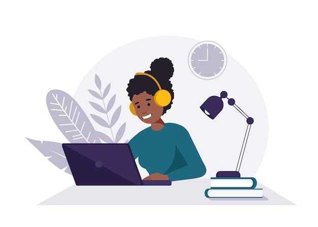 Mulher negra com fones de ouvido e microfone com computador