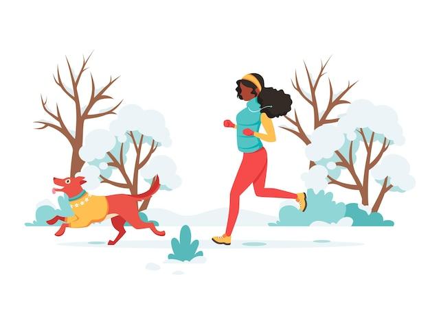 Mulher negra correndo com cachorro no inverno
