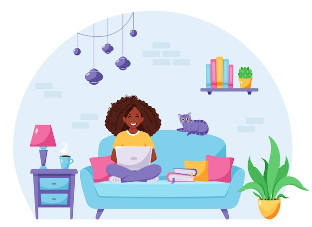 Mulher negra sentada em um sofá trabalhando em um laptop. freelancer, escritório em casa