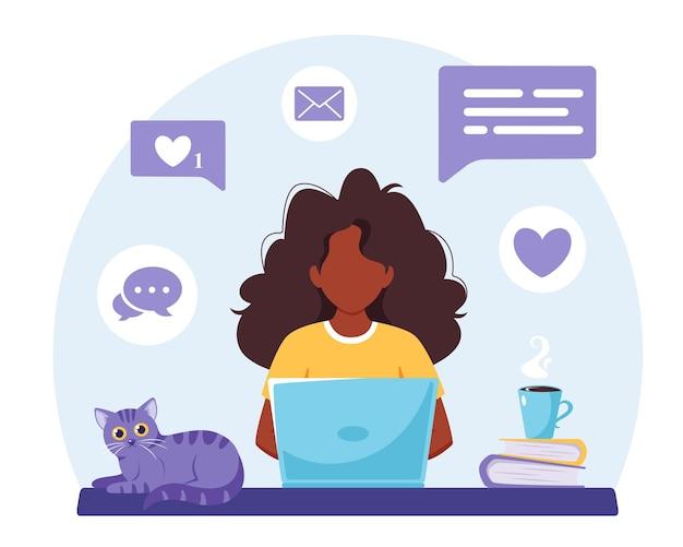 Mulher negra trabalhando no laptop. trabalho freelance de ilustração doméstica