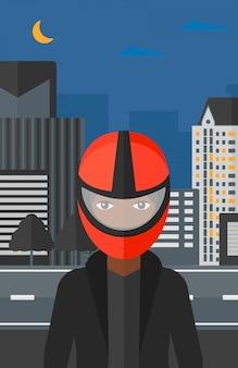 Mulher no capacete de motoqueiro.