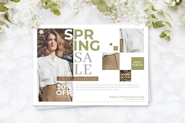 Mulher no conceito de temporada de primavera de venda de camisa