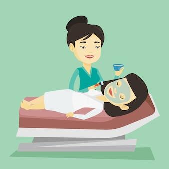 Mulher no salão de beleza durante o procedimento de cosmetologia