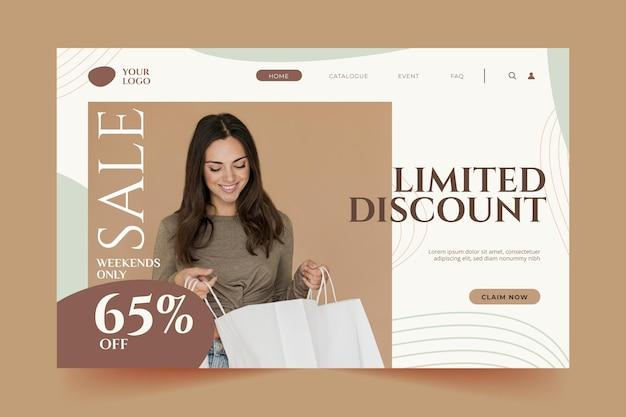 Mulher olhando para a página de destino de moda de sacola de compras