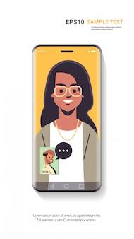 Mulher passando através de chamada de vídeo com o homem na comunicação do smartphone tela distância relações