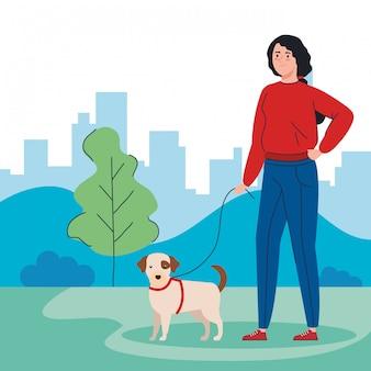 Mulher passeando com seu cachorro no parque