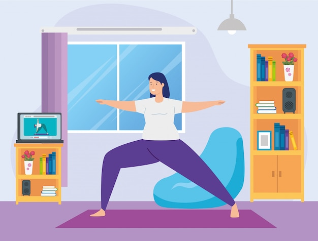 Mulher praticando ioga on-line na sala de estar