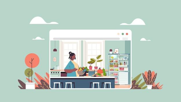 Mulher preparando comida saudável em casa conceito de culinária online cozinha moderna interior janela do navegador da web retrato horizontal