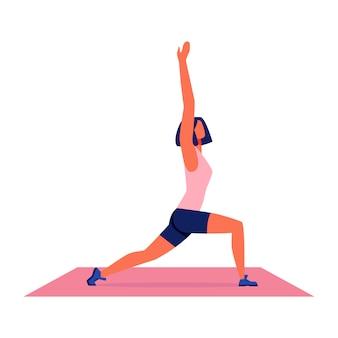 Mulher que faz a ioga no tapete no fundo branco.