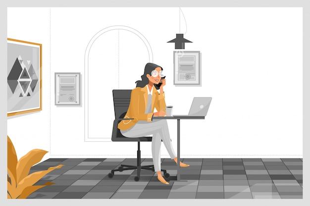 Mulher que trabalha com o laptop em sua mesa de trabalho