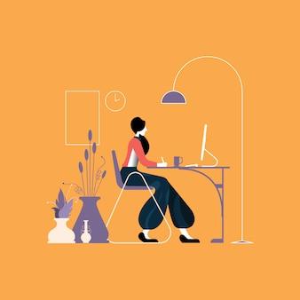 Mulher que trabalha em um desktop na mesa do escritório