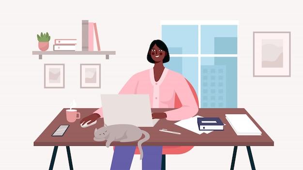 Mulher que trabalha na mesa com laptop