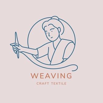 Mulher que trabalha por lado tecidos têxteis com lançadeira de tecelagem na mão dela.