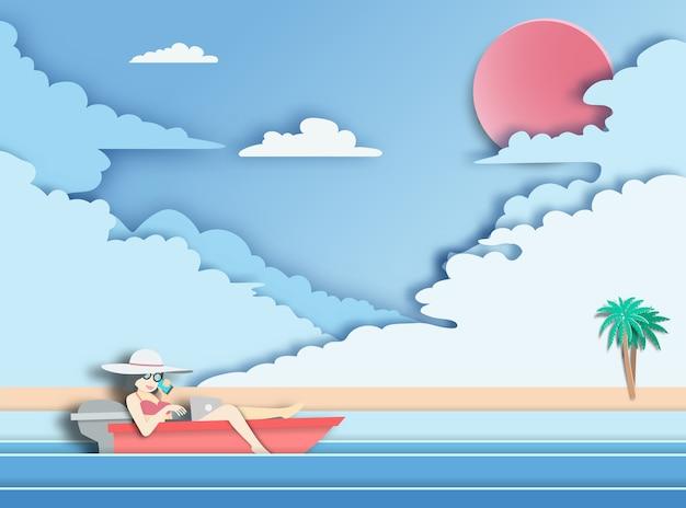 Mulher que usa o laptop no barco com fundo do mar.