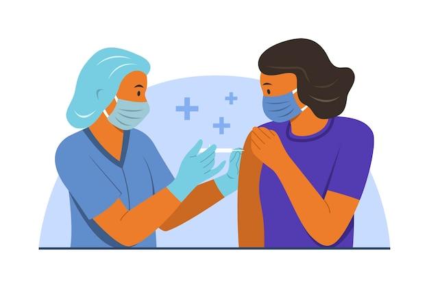 Mulher recebe vacinação da equipe médica