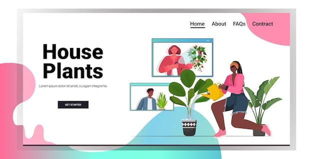 Mulher regando plantas de casa, dona de casa afro-americana discutindo com amigos nas janelas do navegador da web durante o espaço de cópia da videochamada