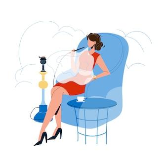 Mulher relaxando e fumando no hookah cafe